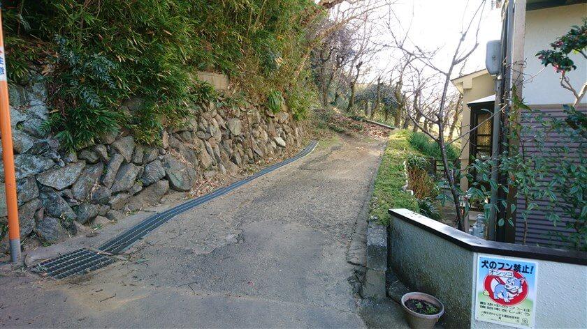 「T字路」を右に取ると、【神宮寺道-A:観音寺ルート】の登り口になっている