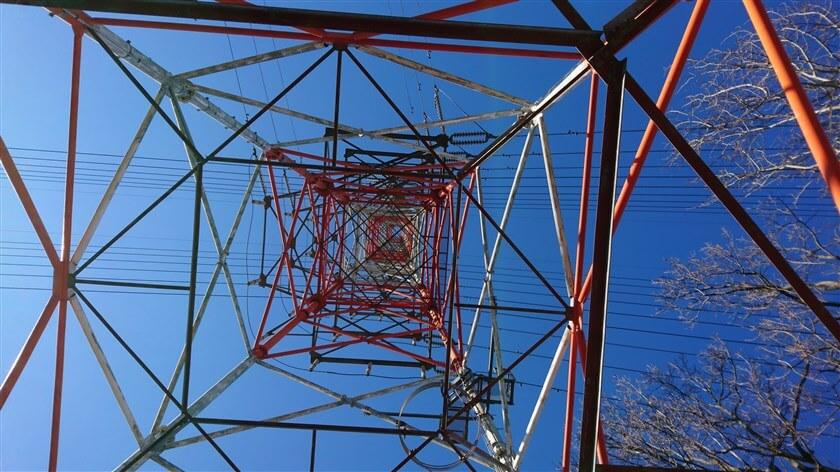 赤い鉄塔の幾何学模様は、正方形
