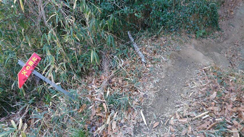 下りの途中に「No.3 信貴百済線」の標識がある。登ってきた道が「No.3 信貴百済線」だったようだ。