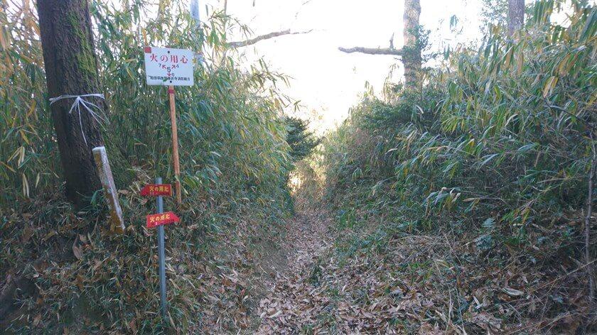 登った所が分岐点になっている。「7←5→4 ↓8」、「← No.2 3 信貴敷津線」、「No.4 → 信貴敷津線」と、3つの標識がある。
