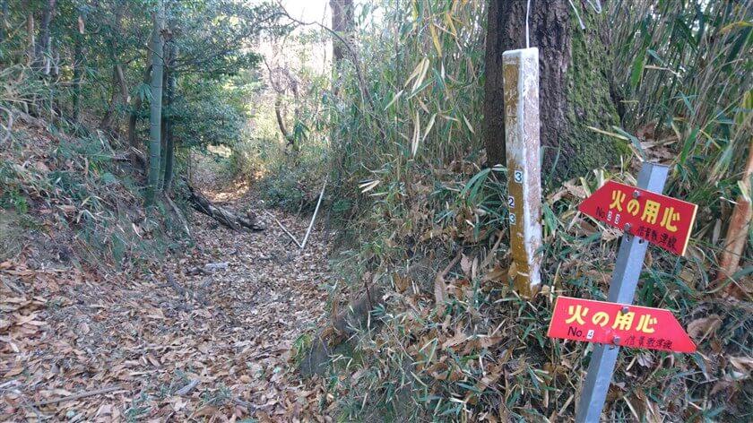こちらは、柏原市の「高尾山創造の森【ひのきの道】」から登ってくる道なのだろうか?