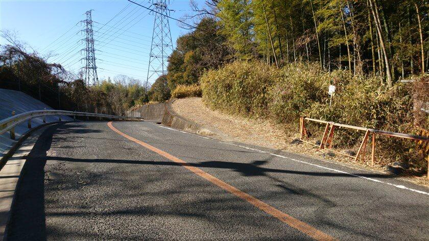 車道から、「神宮寺道」の出口を見た様子。ここで、「神宮寺道」は終わり
