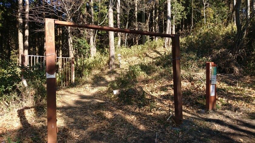 やがて、「生駒縦走歩道」に入る『門』がある