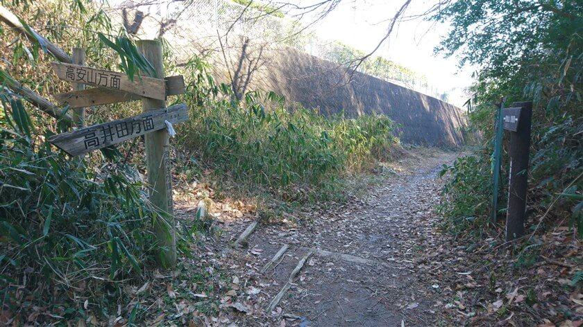 生駒縦走歩道の、高安山方面への階段前をやり過ごす