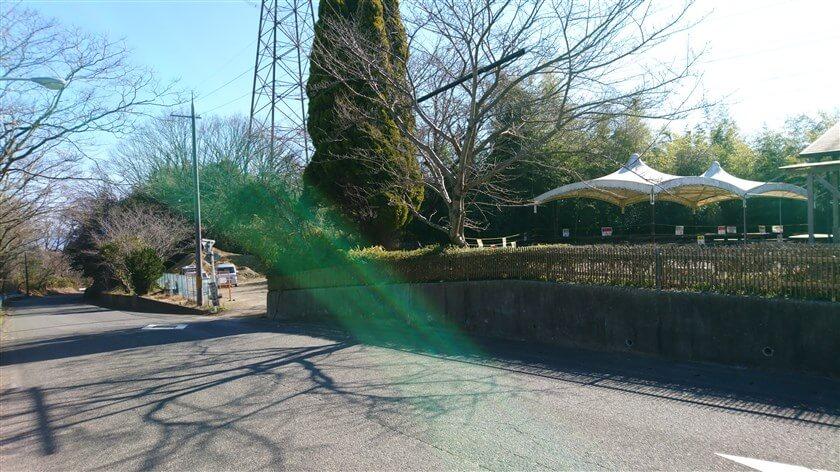 のどか村の入り口前にある、「バーベキューハウス」の生垣の先に入り口がある