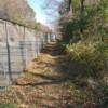 フェンスには、所々空いた区間があり、車道からの出入りが可能となっている
