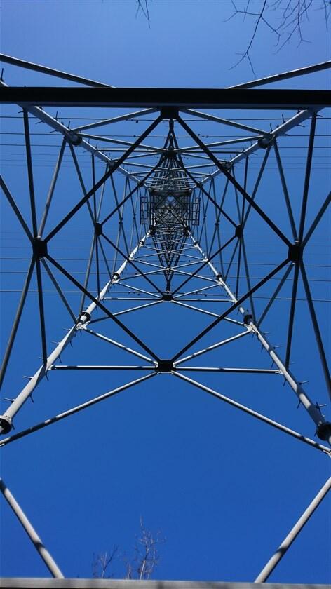 鉄塔の模様。空が青い