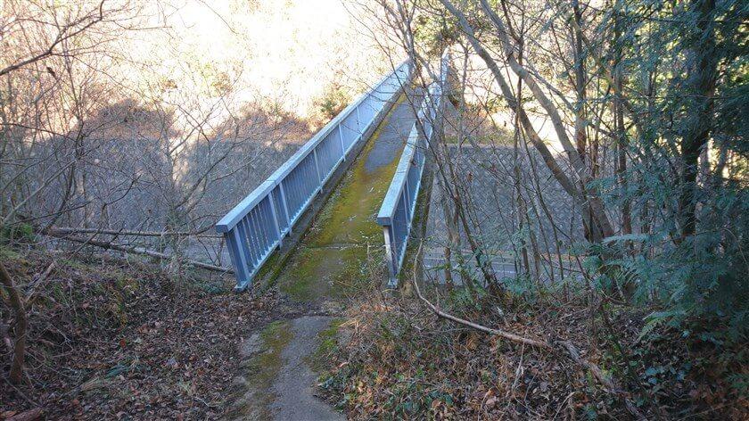 信貴フラワーロードに架かった、歩道橋に出る