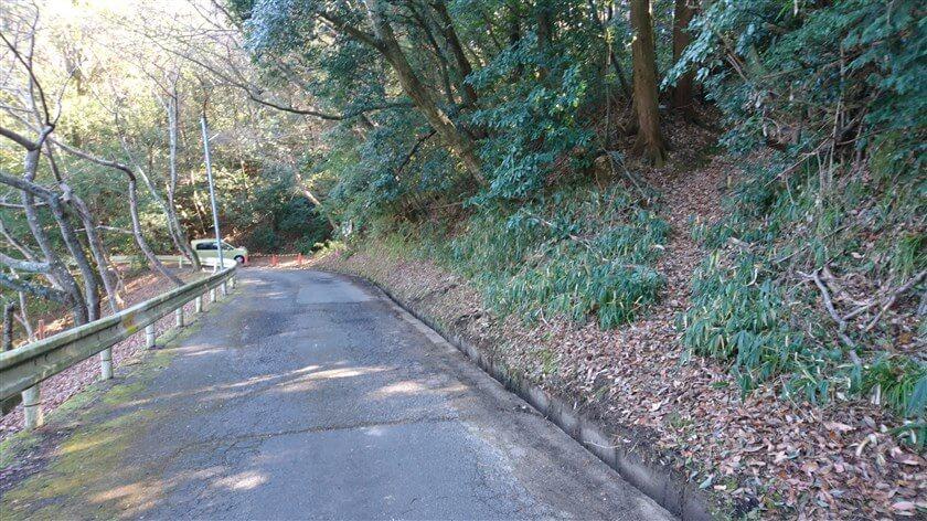 とっくりダム横の道から、歩道橋への登り口の様子。入り口にしては、判りづらい。