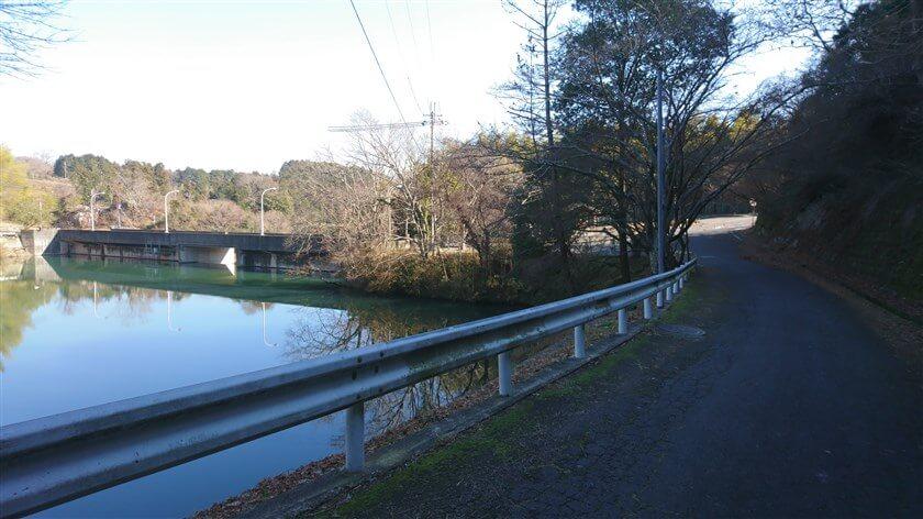 とっくりダムを回って、堰堤を望む