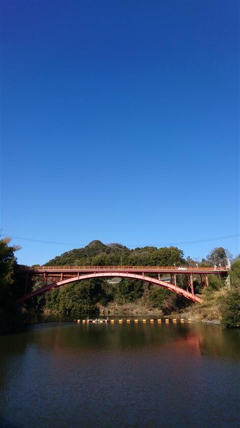 大門ダムの堰堤から眺める信貴山。今日は空が特別に青い。