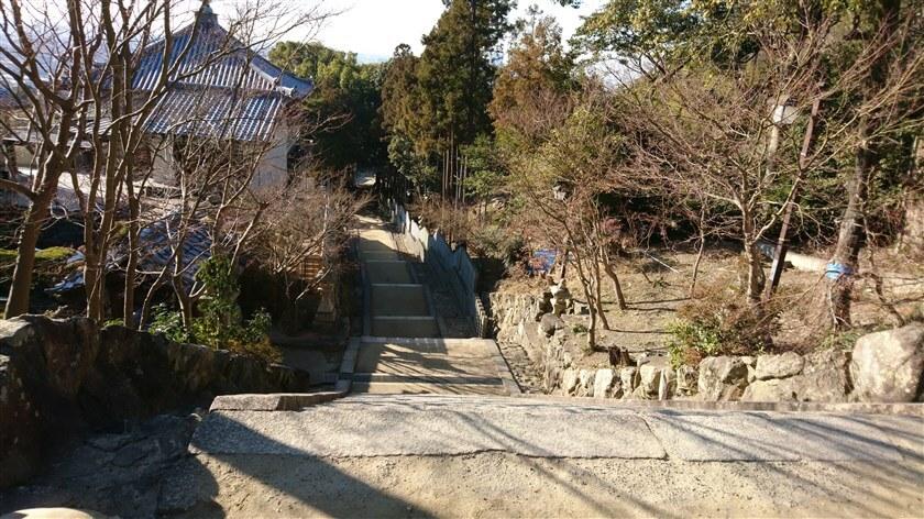 恩智神社の階段を下る