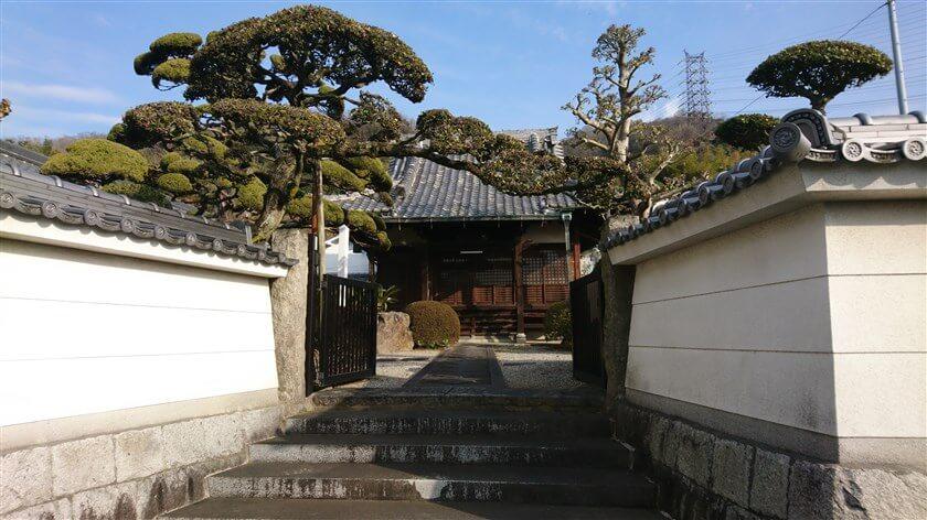 神宮寺道と言う名前の由来か、ルートの少し南に「神宮寺」と言うお寺がある