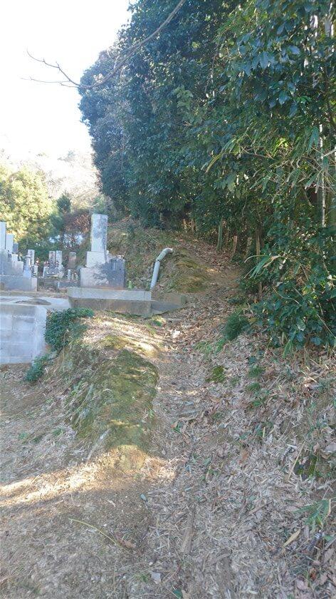 登り切った地点が「神宮寺道:C=来迎寺墓地ルート」の登り口になっている