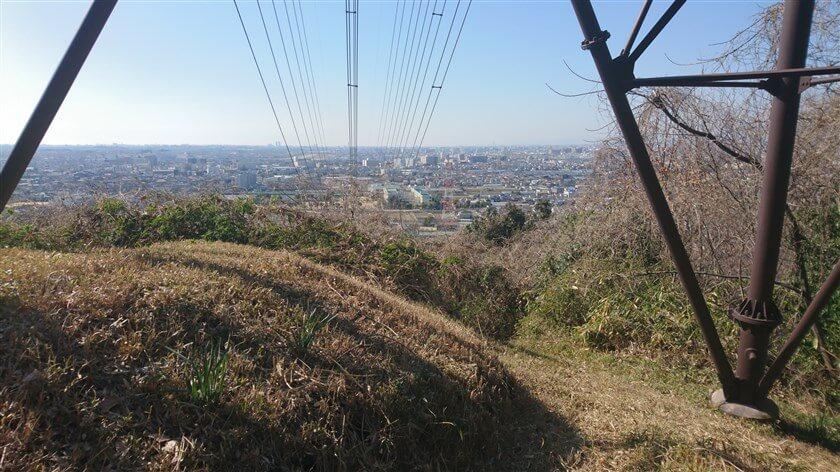 鉄塔の下からの眺め。電線が、「大阪府立八尾翠翔高等学校」方面に続いている。