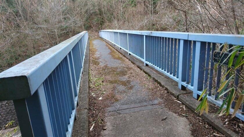 信貴フラワーロードに架かる歩道橋