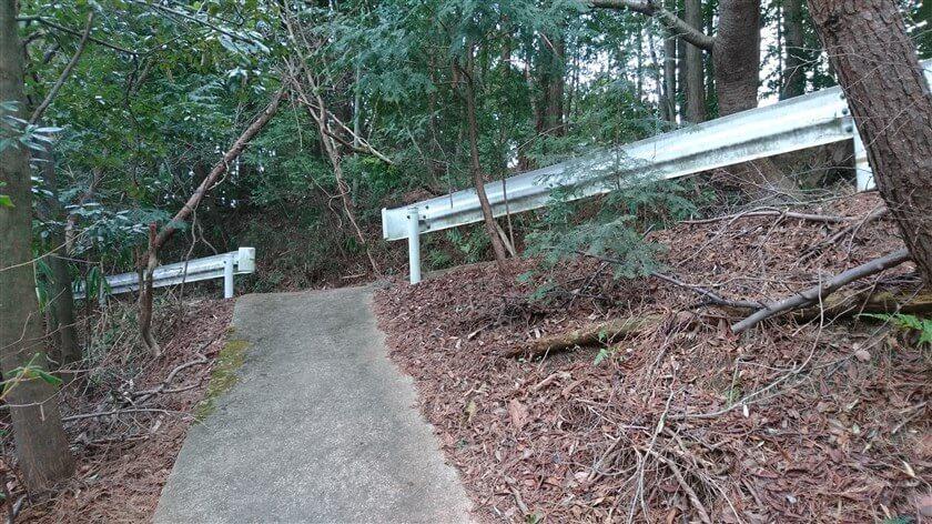 歩道橋を渡り、ハイキング道に出る地点