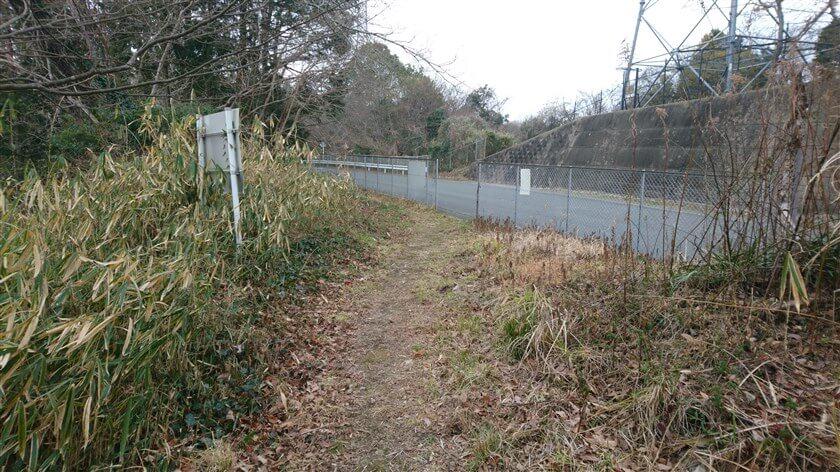 信貴フラワーロードとの境にフェンスがあり、車道に出ることも出来る