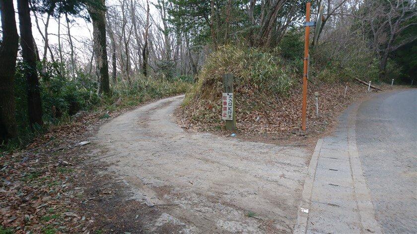 次に、車道からハイキング道に入る道は、車が通れる道になっている