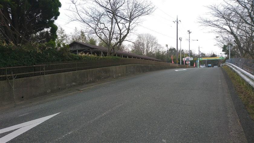 のどか村への車道。左は、バーベキューハウス。