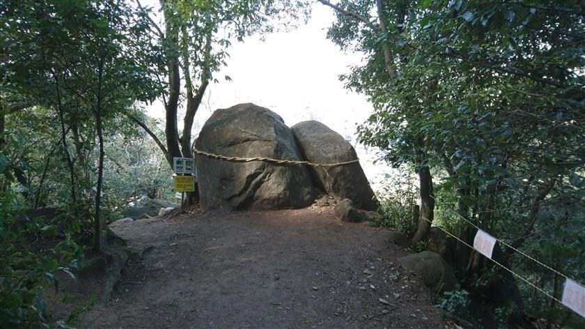 後ろから見た「夫婦岩」