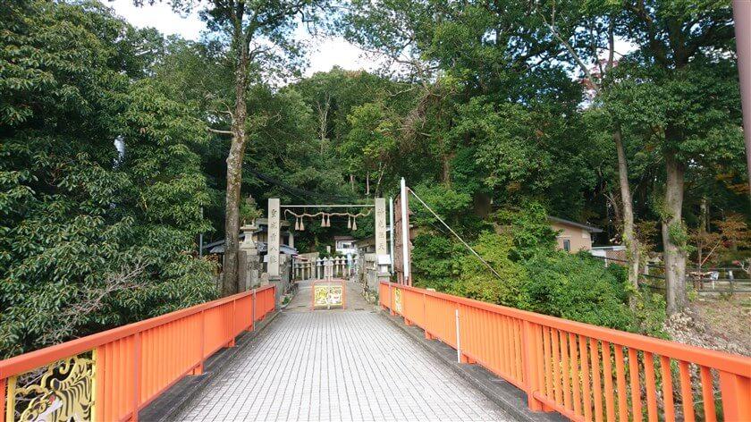 開運橋を渡ると突き当りになり、右に「信貴山観光iセンター」がある