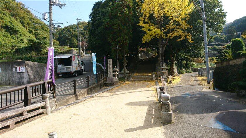 恩智神社入り口の石段。恩智神社に参拝してから登るのも良い