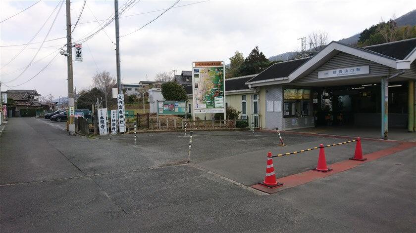 「信貴山口駅」の前を北に通過する