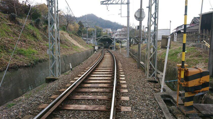 すぐに現れる踏切を渡りながら、「ケーブルを使えば、約7分で登れる」と「信貴山口駅」を振り返る