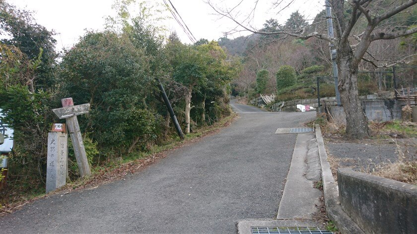 「法蔵寺」を過ぎた地点の様子。左手に「→ 高安山方面」と書かれた道標がある。