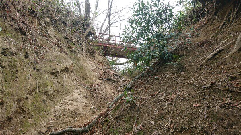 直進して急坂を上ると、頭上に開運橋が現れる