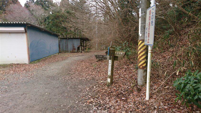高安山を北に降りると、生駒縦走歩道が広くなった地点に倉庫があり、右に進む道がある