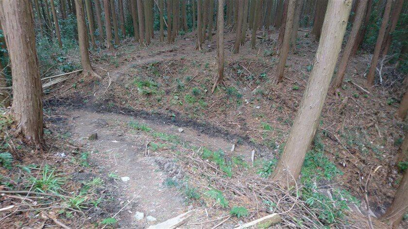 「左に降りて、右折 松永ヤシキ」への道の様子