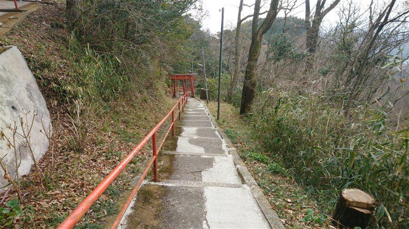 参道には、赤い手摺りと鳥居が設けられている