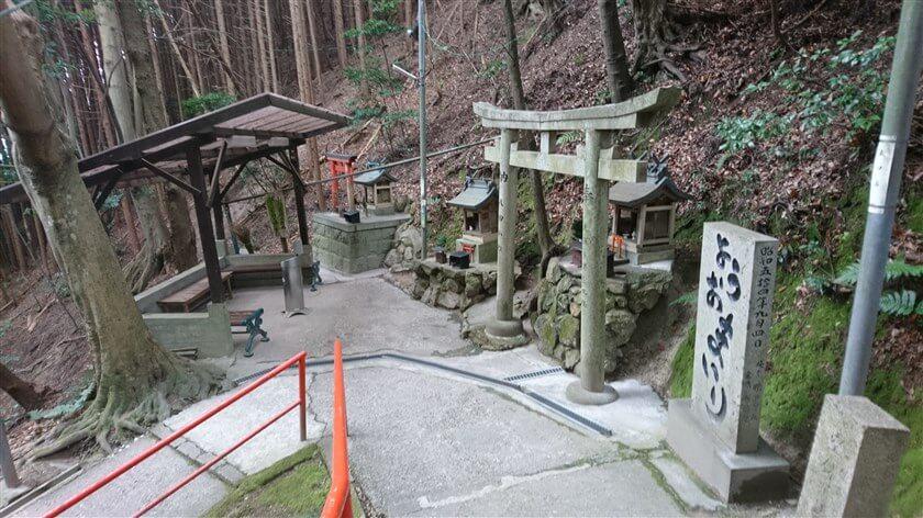 「ようおまいり」と書かれた石碑の奥に、休憩用のベンチがある