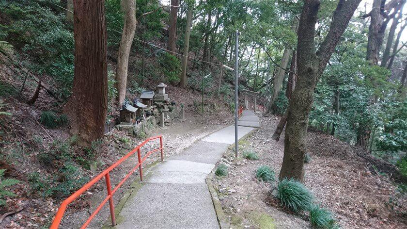 参道には、小さな祠や鳥居が幾つもある