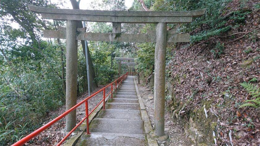 この参道を下から登って来るのは、相当きついのではないか