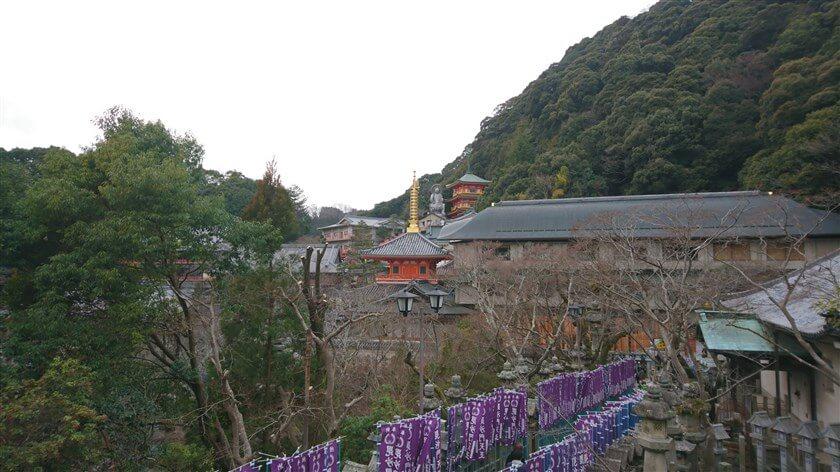 玉蔵院の地蔵尊と三重塔を望む