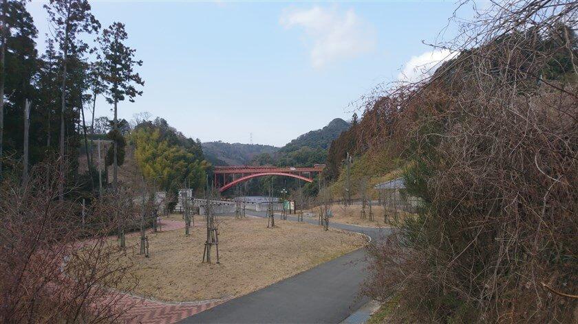 大門ダムの公園から「信貴大橋」を望む