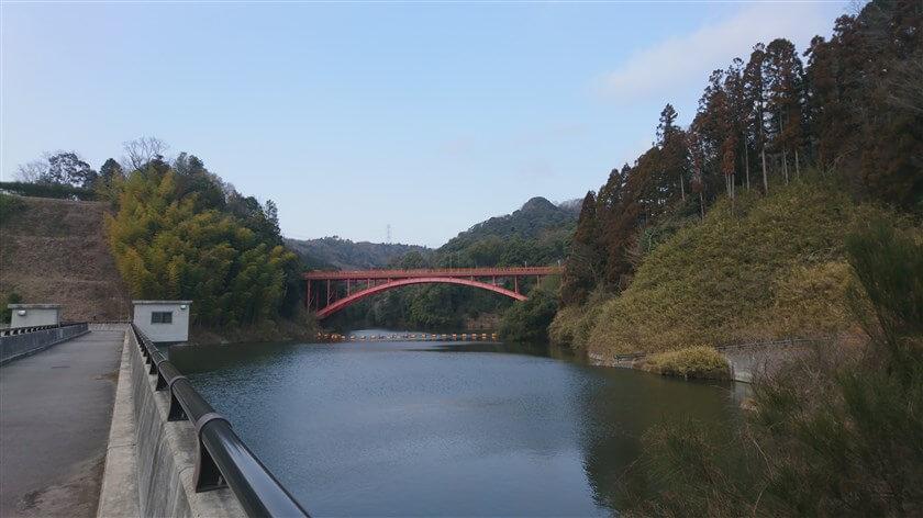 大門ダムの堰堤から見る「信貴大橋」