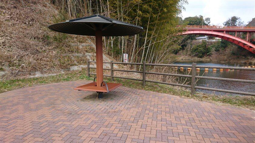 大門ダムの堰堤横にある休憩所で、ランチとコーヒーにする