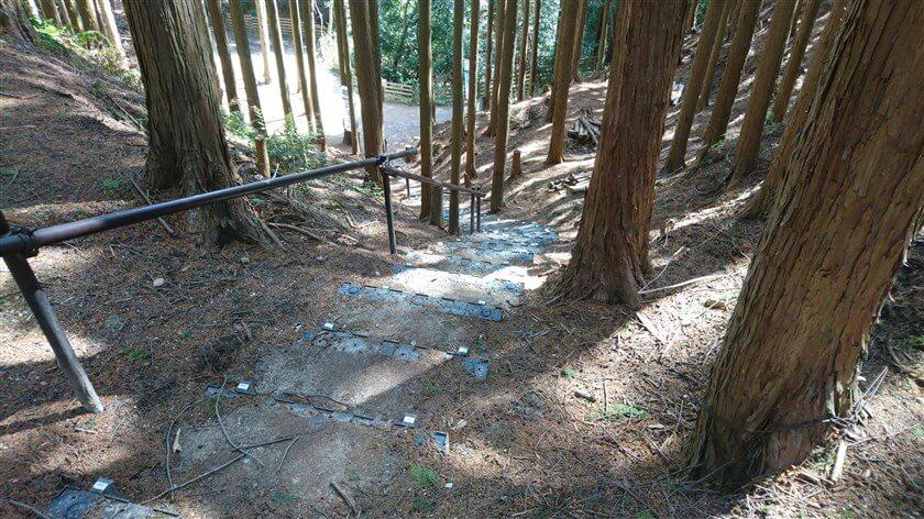 松永屋敷を南に降りる