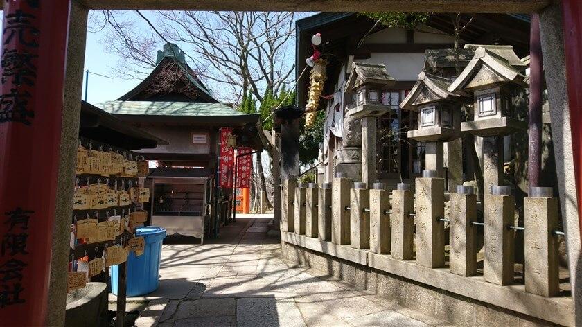 山頂の僅かな平地に境内があり、周囲には様々な龍神の祠がぐるりと祀ってあり、お百度参りのためにお堂の周囲を巡ることができるようになっている