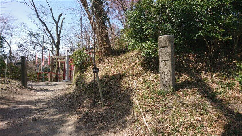 広場から空鉢護法堂の参道に向かう手前に、「一丁石」がある