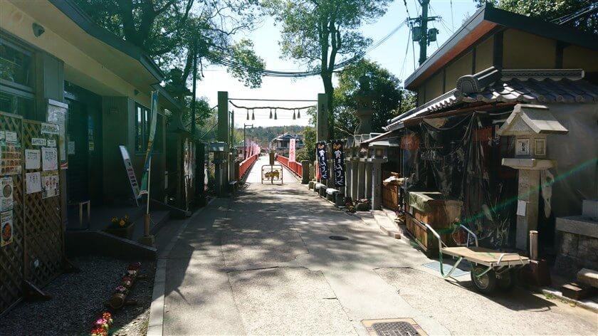 開運橋まで戻る。左は「信貴山観光iセンター」