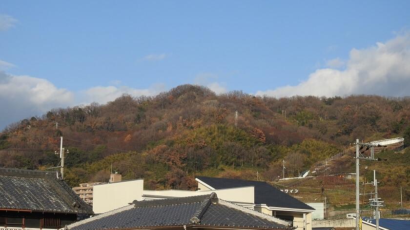麓から見る「高尾山」