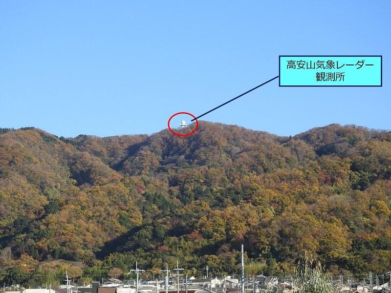 麓から見る「高安山」