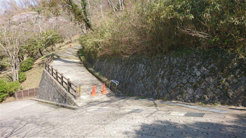 N-19額田東口:ここから、左の登り口に入る