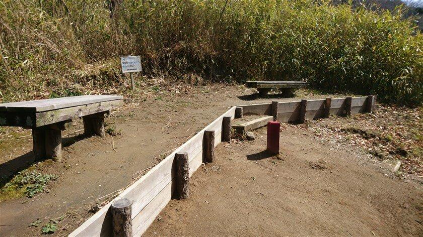 幾つものベンチが設けられている