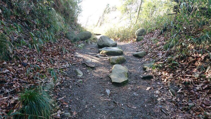 岩が転がっているが、道は広い